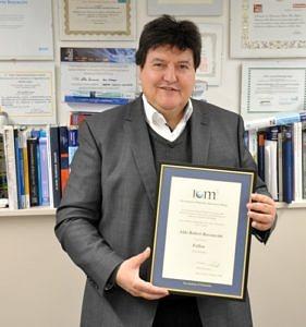 Prof. Boccaccini zeigt die Urkunde, welche seine Mitgliedschaft im IOM3 zeigt.