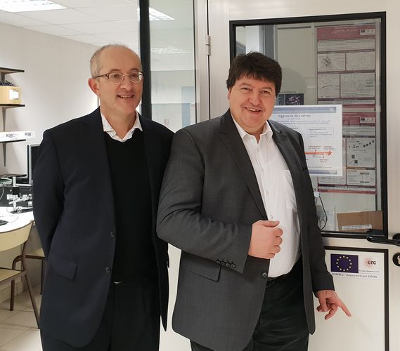 Prof. Tanguy Rouxel zusammen mit Prof. Boccaccini im Labor des UFR Science and Properties of Matter in Rennes.